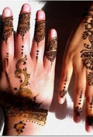 女生手背上黑色几何线条个性纹身图片