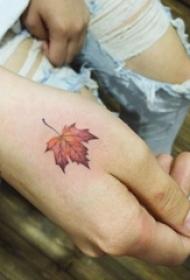 女生手背上彩绘渐变植物素材枫叶纹身图片