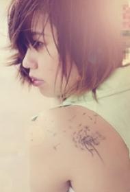 女生背部黑色线条创意唯美蒲公英纹身图片