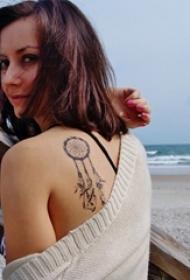 女生肩部黑色几何线条捕梦网纹身图片