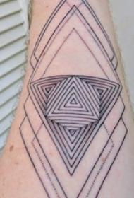 男生手臂上黑色几何线条三角形和菱形纹身图片