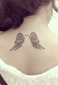 女生背部黑灰素描点刺技巧创意翅膀纹身图片