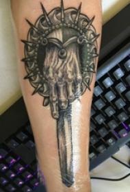 男生手臂上黑色点刺简单线条手部和匕首纹身图片