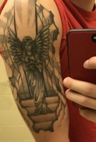 男生手臂上黑灰点刺几何简单线条天使纹身图片