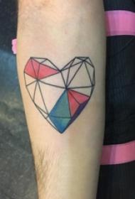 男生手臂上彩绘素描几何元素心形立体纹身图片