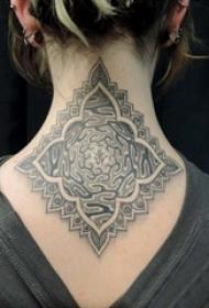 女生脖子上黑灰素描点刺技巧创意唯美花纹精致纹身图片