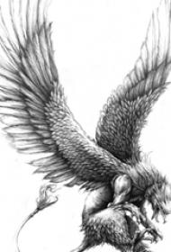 展翅高飞的黑灰色点刺植物老鹰纹身手稿
