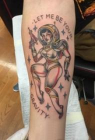 女生手臂上彩绘简单线条英文和卡通人物宇航员纹身图片