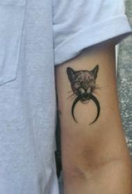男生手臂上黑灰點刺抽象線條小動物豹子紋身圖片