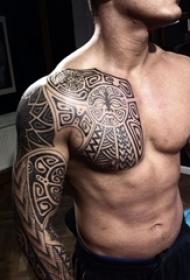 男内行臂上黑色线条几何元素创意半甲纹身图片