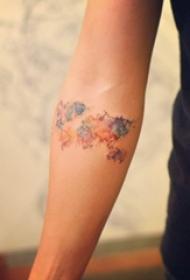 女生手臂上彩绘泼墨抽象线条世界地图纹身图片