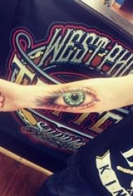 女生手臂上彩绘简单线条3d写实眼睛纹身图片