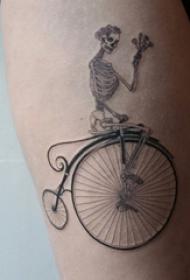 女生大腿上黑灰点刺几何简单线条骷髅和自行车纹身图片