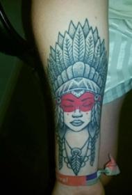 女生手臂上黑灰素描点刺技巧创意印第安风格女生人物纹身图片