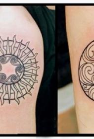 女生手臂上黑色几何抽象线条太阳和月亮纹身图片