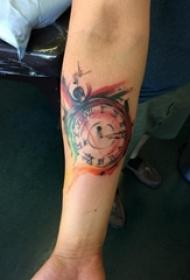 男生手臂上彩绘渐变几何抽象线条时钟纹身图片