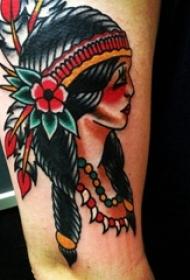 男生手臂上彩绘植物花朵和印第安人物纹身图片