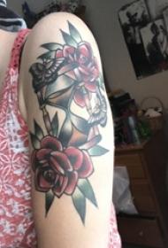 女生手臂上彩绘水彩素描唯美花朵创意沙漏纹身图片