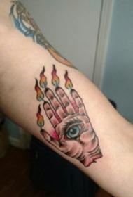 男生手臂上绘渐变火焰手部和眼睛纹身图片