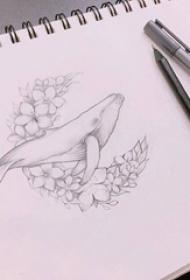 黑灰素描文艺花圈可爱海豚动物纹身手稿