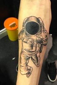 男生手臂上黑灰点刺简单线条人物宇航员纹身图片