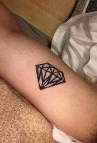 男生手臂上黑色几何线条钻石纹身图片