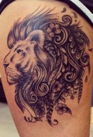 女生大腿上黑灰素描点刺技巧创意狮子霸气纹身图片