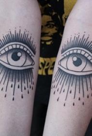 閨蜜手臂上黑灰素描創意上帝之眼精致紋身圖片