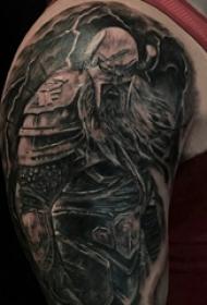 男生手臂上黑色点刺抽象线条人物武士纹身图片