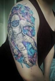 男生手臂上彩绘渐变星空元素和人物宇航员纹身图片