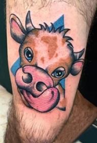 男生大腿上彩绘简单线条小动物牛纹身图片