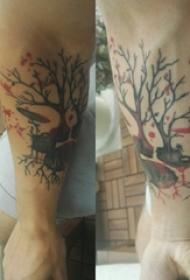 男生手臂上彩绘泼墨简单线条植物枯树枝纹身图片