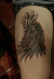 男生大腿上黑灰素描点刺技巧创意公鸡纹身图片