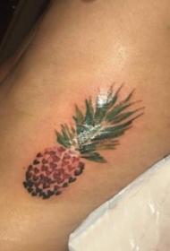 男生侧腰上彩绘渐变简单线条心形水果菠萝纹身图片