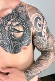 男生胸部黑色点刺简单线条眼睛纹身图片