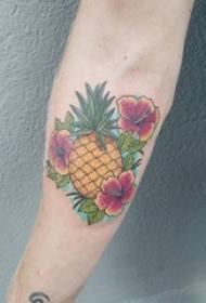 男生手臂上彩绘渐变简单线条花朵和菠萝纹身图片