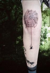 男生手臂上黑色几何简单线条蜘蛛网纹身图片