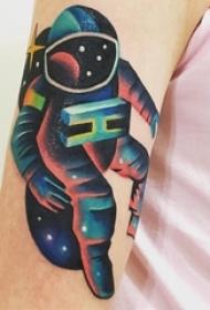 男生手臂上彩绘水彩素描星空元素宇航员纹身图片