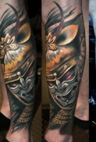 男生手臂上彩绘渐变简单线条人物武士纹身图片