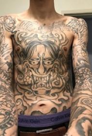 般若面具紋身男生胸部黑色的般若紋身圖片