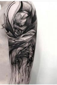 男生手臂上黑灰素描点刺技巧创意武士纹身图片
