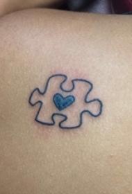 女生大腿上彩绘几何简单线条心形和拼图纹身图片