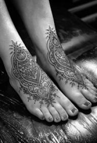 女生脚背上黑色几何简单线条对称纹身图片