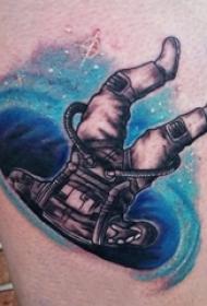 男生小腿上彩绘渐变星空元素和人物宇航员纹身图片