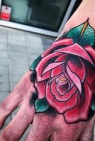男生手背上彩绘渐变简单线条植物玫瑰纹身图片