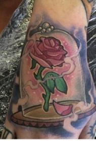 男生手背上彩绘渐变简单线条植物玫瑰花纹身图片