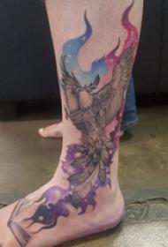 男生小腿上彩绘渐变星空元素和动物凤凰纹身图片