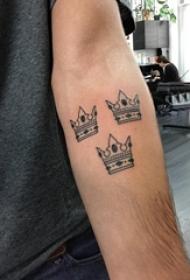 男生手臂上黑色几何元素简单线条皇冠纹身图片