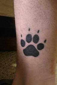男生小腿上黑色轮廓创意俏皮可爱狗爪纹身图片