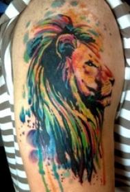男生大臂上彩绘渐变抽象线条小动物狮子纹身图片